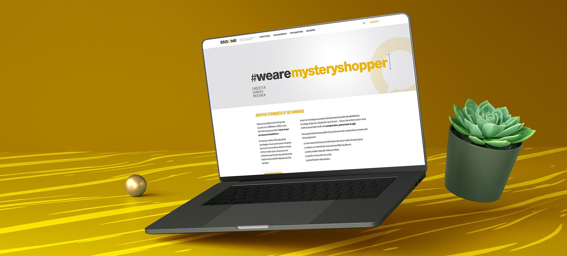Bandeau mockup sur un ordinateur présentant le site internet Ensome